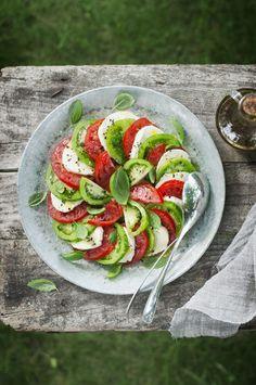 Pomodori e Mozarella Healthy Salad Recipes, Raw Food Recipes, Salad Presentation, Salade Caprese, Raw Vegetables, Soup And Salad, I Love Food, Food Inspiration, Entrees