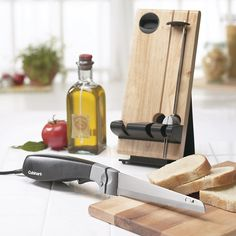 Cuisinart Electric Knife - Complete with two sets of stainless steel blades: One is ideal for slicing meats and vegetables; the other is designed specifically for perfect bread slicing. Best Kitchen Knives, Kitchen Gadgets, Kitchen Appliances, Best Electric Knife, Carving A Turkey, Electric Knife Sharpener, Carving Tools, Knife Sharpening, Chef Knife