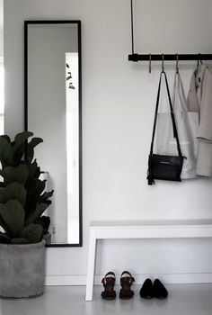 A good minimalist home decoration will make your minimalist feels more comfortable. This decoration is perfect for you who live in a small home or in an apartment. Most of the minimalist home decorati Decoration Hall, Decoration Entree, Decoration Design, Decorations, Hallway Inspiration, Interior Inspiration, Design Inspiration, Interior And Exterior, Interior Design