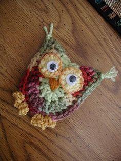 Cute crochet owls - I want to learn to crochet! Crochet Owls, Crochet Amigurumi, Knit Or Crochet, Cute Crochet, Crochet Motif, Crochet Animals, Crochet Crafts, Crochet Flowers, Crochet Stitches