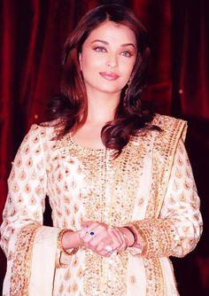 Aishwarya Rai in Embroidered Salwar Kameez Indian Film Actress, Indian Actresses, Pakistani Outfits, Indian Outfits, Bollywood Fashion, Bollywood Actress, Jodhaa Akbar, Old Film Stars, White Anarkali