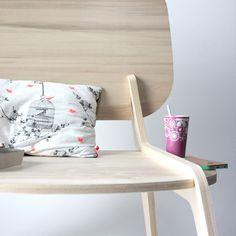 Tim Defleur, jeune designer français faisant ses gammes chez Alain Gilles Studio, nous présente Modèle Déposé, une création entre chaise et fauteuil.
