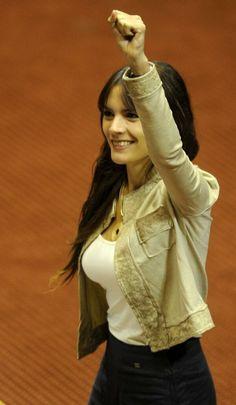 Camila Vallejo. Geógrafa y Diputada comunista chilena. Se inició en política como dirigente estudiantil, fue presidenta  de la Federación de Estudiantes de la Universidad de Chile y en 2013 fue elegida parlamentaria, siendo la más joven del Congreso.