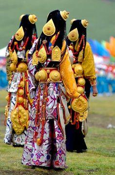 Some of Litang's most opulent ceremonial costumes,Tibet.Debido a que los tibetanos en esta región son tradicionalmente nómadas,la joyeria ha sido la mejor manera de almacenar y transportar sus bienes,y pasarlos de generación.Su traje  es la tienda principal de los ahorros de la vida familiar.En la foto,jovenes de familias de comerciantes ricos con joyas de oro,plata,coral y márfil.