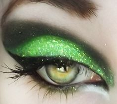Eye Makeup Tips.Smokey Eye Makeup Tips - For a Catchy and Impressive Look Witch Makeup, Halloween Face Makeup, Halloween Halloween, Vintage Halloween, Halloween Costumes, Rot Eyeliner, Makeup Art, Hair Makeup, Skull Makeup