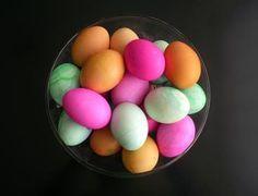 CASAMENTO BETHANIA E STHENER: Ovos coloridos no meu boteco.