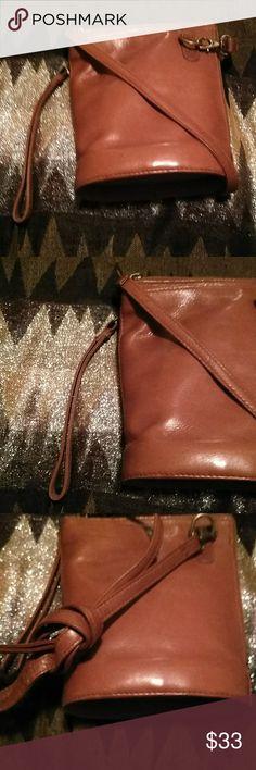 "Hobo INTERNATIONAL CROSSBOD Fine Colombian Leather Length 8""in x 7"" in width Fin 💯Cloumbian leather 👨🎤💯 HOBO International Bags Crossbody Bags"