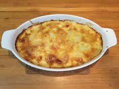 Falso Suflê de Batata: 700g de Batatas 3 colheres de sopa cheia de queijo parmesão 100g de queijo brie ou outro queijo que tenha em casa 2 ovos 3 colheres de cafezinho de sal para cozinhar as batatas 1 colher de cafezinho de pimenta moída 1 xícara de creme de leite fresco 1 xícara de leite 1 colher rasa de cafezinho de Noz moscada 1 colher de cha de fermento segredosdatiaemilia.com.br