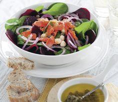 Deze salade met spinazie, rode bieten en zalm is een heel lekkere combinatie. Serveer met wat stokbrood en roomboter. http://www.vriendin.nl/koken/recepten/7322/recept-voor-spinaziesalade-met-bieten-gerookte-zalm-en-hazelnoten