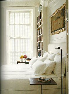 the mouldings around the narrow bookcases are soooo beautiful... something that wouldn't be too difficult to recreate.