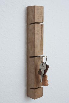 Das JL-Holz Schlüsselbrett sorgt für Ordnung im Flur. In vertikaler Ausführung platzsparend und geeignet für 3 Schlüsselbunde. Für die verdeckte Anbringung muss lediglich ein Loch in der Wand gebohrt werden!Holz: Eiche vollmassiv, unbehandelt, aus niedersächsischen LandesforstenAbmessungen: 30x4x4cmInklusive Befestigungsmaterial!