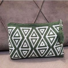 Yeşil krem wayuu💚 Sipariş ve bilgi için➡️DM #wayuu #wayúu... • tasarimsiyahbeyaz Tapestry Crochet Patterns, Crochet Art, Knit Or Crochet, Crotchet Bags, Knitted Bags, Crochet Clutch, Crochet Purses, Crochet Bag Tutorials, Crochet Projects
