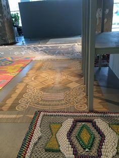 WE MAKE CARPETS installatie van vloerkleden van alledaagse objecten zoals pasta, pleisters, watten, papier e.d.