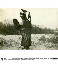 Seitenansicht eines stehenden Schamanen um 1896 Nord-China
