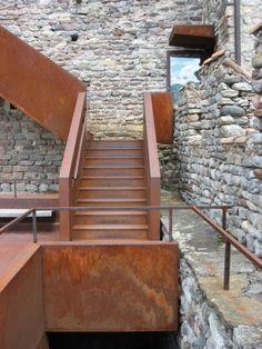 Im und am Bergfried sind die Spuren des Umbaus an den Cortenstahlbauteilen am deutlichsten zu erkennen