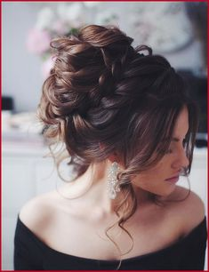 36 Messy wedding hair updos for a gorgeous rustic country wedding to chic urban wedding. Take a look at these 27 pretty messy wedding hair updos and they would fit in so well for a gorgeous rustic country wedding to chic urban wedding. Evening Hairstyles, Wedding Hairstyles For Long Hair, Bridal Party Hairstyles, Medium Hair Styles, Curly Hair Styles, Natural Hair Styles, Box Braids Hairstyles, Hairstyle Ideas, Fashion Hairstyles