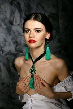 Купить Серьги-кисти Изумруд - зеленый, выпускной, длинные серьги, изумрудный цвет, зеленые серьги Fiber Art Jewelry, Thread Jewellery, Soutache Jewelry, Jewelry Art, Silk Thread, Shibori, Jewelry Trends, Beaded Embroidery, Turquoise Necklace