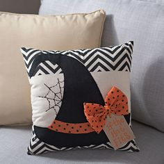 Give your Halloween living space a bit of witchy fun with our Halloween Witch Hat Pillow! Its patterned bow makes this a fun addition to any Halloween decor! Halloween Quilts, Diy Halloween, Couture Pour Halloween, Photo Halloween, Table Halloween, Halloween Quilt Patterns, Halloween Table Runners, Halloween Witch Hat, Halloween Pillows