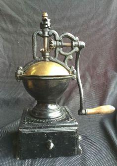Antique Coffee Grinder, Manual Coffee Grinder, Coffee Grinders, Café Vintage, Vintage Coffee, Coffee Cans, Coffee Maker, Salt Pig, Old Spice