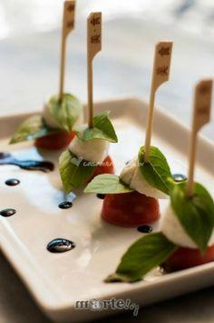 Caprese - tomatinho, grape, búfala e manjericão. #casarnapraia #casarembuzios #casamentonapraia #buffetcasamento #casamento #wedding