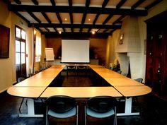 Salle LA TONNELLERIE - EN U : 35 personnes / EN CONFERENCE : 80 personnes / BANQUET : 30 à 40 personnes / COCKTAIL : 80 personnes - Location de salles, réceptions et séminaires à Saumur. www.ackerman.fr
