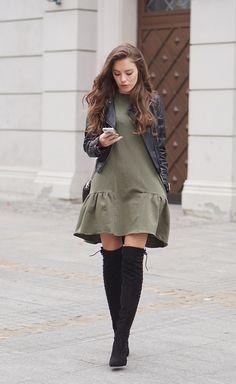 Rockig durch den Frühling! Nicht jede Frau steht auf bunt. Genau da haben wir das richtige für diesen Frühling. Kombiniere ein Jerseykleid (zum Beispiel in Olivgrün) mit einer frechen Lederjacke und Overkneestiefel. So wirst du sicherlich zum Eye-Catcher! Naoko ab dem 23.03.2017 im Shop #overknee #boots #fashion #inspiration #streetstyle #mode #kombination #rocknroll