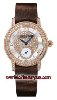 77229OR.ZZ.A082MR.01 - Brushed/Satin finished 18kt Rose Gold case. All diamonds are Top Wesselton IF Quality: Case, bezel, lugs & pin buckle set with 200 brilliant cut round diamonds weighing approximately 1.39 carats. Crown set with 1 rose cut diamond weighing approximately 0.07 carats. - See more at: http://www.worldofluxuryus.com/watches/Audemars-Piguet/Jules-Audemars-Lady/77229OR.ZZ.A082MR.01/62_355_3139.php#sthash.LntuyIpm.dpuf