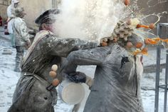 """El municipio alicantino de Ibi celebra hoy una de las jornadas más peculiares de sus fiestas de invierno en la que un grupo de personas, """"Els Enfarinats"""" (""""Los Enharinados""""), toma el """"poder civil"""" de forma ficticia a golpe de escaramuzas y batallas de huevo, harina y petardos. EFE"""