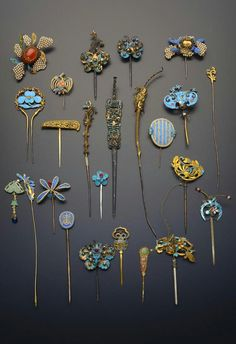 China | Collection of gilt metal and Kingfisher feather hairpins and earpick-hairpins; variously formed as flowers and foliage, bats, birds and shou characters, decorated with pearls and coloured stones | Qing Dynasty | 1'700£ ~ sold (May '15)