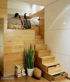 Neste apartamento de 50 m² em Nova York, as roupas couberam nos degraus-gavetas da escada que leva ao único quarto, elevado para ganhar privacidade e otimizar o espaço. Projeto do Jordan Parnass Digital Architecture.