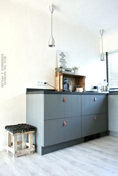 Thuis bij interieurstilist & fotograaf - Arja van Garderen Keuken met leren handgreepjes