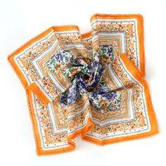 패턴 무늬가 화사한 잔 꽃무늬 패턴 캐쥬얼 손수건. 사이즈가 크게나온 제품으로 두건이나     가볍게 보온성있게 연출하거나 등산이나 가벼운 패션 아이템으로 좋은 패션 반다나