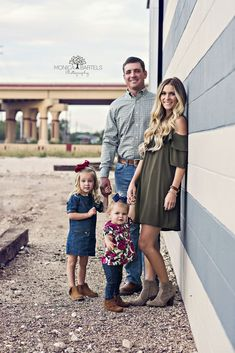 Easy Tips for Styling Your Family for Photos Family Picture Poses, Family Picture Outfits, Family Photo Sessions, Family Posing, Family Portraits, Family Photo Colors, Photography Lessons, Boudoir Photography, Photography Ideas