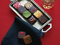 滋賀県守山市に2004年にオープンした「ドゥブルベ・ボレロ」は、閑静な住宅街に佇むフランス菓子店。色鮮やかなプチガトーやこだわりのチョコレート、バリエーション豊かなヴィエノワズリーや焼き菓子などどれも人気で、西日本にある数々のスイーツショップのなかでも訪問するべき一軒といえる。今年のバレンタイン限定ボンボンショコラは、個性豊かな10個入りアソートセット。唐辛子やシナモンなどのスパイス、マール酒やアッサムティ、カモミールといった香りのよい素材を使って、それぞれ違う豊かな風味となめらかな口溶けを堪能できる。こちらは通常、関西でしか手に入らないが、今ならなんとWEB購入が可能! ぜひお見逃しなく。 「ボンボンショコラ」(10個入り) ¥2,700販売期間/2015年1月00日(金)~2月00日(木)問い合わせ先/ドゥブルベ・ボレロ tel. 077-581-3966http://www.wbolero.com/ >>WEB購入はこちらから!