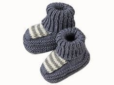 Mid-socks, mid-booties: this model plays the comfort to dress small feet. Presented in the March 2009 issue of Enfant Magazine, it is knitted in stock jersey, garter stitch and ribs. Newborn Crochet, Baby Afghan Crochet, Knitted Booties, Knitted Hats, Layette Pattern, Tricot Baby, Fingerless Gloves Crochet Pattern, Baby Slippers, Crochet Shoes