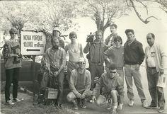 """Equipe do clip de """"Surfista calhorda"""" na praia de Ipanema (Porto Alegre), provavelmente em 1986."""