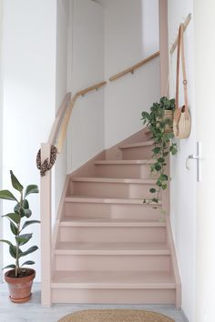 Make over: roze trap en deur in de kleur Skin Powder - Stijlinge - DIY Interior Stairs, Interior And Exterior, Lime Paint, Picture Frame Molding, Traditional Paint, Painted Stairs, Mineral Paint, Stairway To Heaven, Stairways