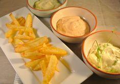 Frietjes uit de oven met 3 zelfgemaakte mayonaises: bieslook-mayonaise, knoflook-mayonaise en een pittige mayonaise.