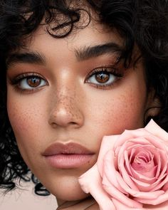 Here are some wedding makeup ideas that are inspired by recent celebrity beauty looks: from bold red lips to gold eyeliner and classical bridal makeup. Gold Eyeliner, Beauty Shoot, Hair Beauty, Beauty Skin, Bridal Makeup, Wedding Makeup, Hair Wedding, Make Up Black, Beauty Makeup Photography