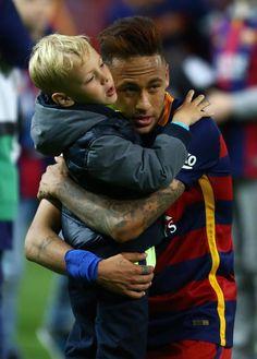 Entrañable abrazo entre padre (Neymar) e Hijo (Davi Lucca). FOTO: JOSÉ ANTONIO GARCÍA SIRVENT - MD