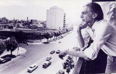 Ferreira Gullar na sacada de seu apartamento no bairro Caballito, em Buenos Aires. O ano era 1975, quando escrevia sua obra prima, o Poema Sujo.