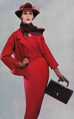 1956 -Dovima in Red Christian Dior Suit wool dress jacket hat mink scarf black purse model mid new look boxy wiggle sheath Vintage Vogue, Vintage Glamour, Dior Vintage, Vintage Couture, Vintage Beauty, Vintage Ladies, Vintage Style, Vintage Hats, Christian Dior
