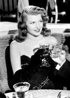 The Chicest Vintage Cocktail Moments Rita Hayworth black & white photo toasting with cocktails! Old Hollywood Stars, Old Hollywood Glamour, Golden Age Of Hollywood, Vintage Glamour, Vintage Hollywood, Classic Hollywood, Hollywood Style, Old Hollywood Actresses, Hollywood Divas