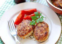 SOUND: http://www.ruspeach.com/en/news/12786/     Для приготовления индюшиных котлет возьмите 800 г индюшатины, 4 луковицы, 2 морковки, 1/2 стакана манки, соль и перец по вкусу. Измельчите мясо, лук и морковь при помощи мясорубки. Добавьте манку, соль и перец. Перемешайте и оставьте на 20 минут. Сформируйте котлеты и поджарьте с двух сторон. Протушите 15 минут с 1/2 стакана воды в кастрюле.    To make turkey cutlets take 800 g of turkey, 4 onions, 2 carrots, 1/2 glasses of se