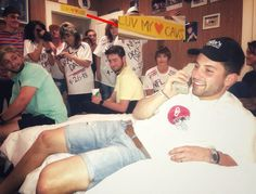 Oklahoma quarterback Baker Mayfield recreated the iconic Brett Favre draft-day photo on the eve of the 2018 NFL draft, and it's incredible. Cleveland Cavs, Cleveland Browns, Sports Images, Sports Pictures, Baker Mayfield, Oklahoma Sooners, College Football, Funny Images, Nfl