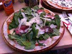Esta es una pizza a un restaurante en Mall Sport, Mall Sport es un centro comercial en Santiago, se centra en deportes y el centro comercial real parece un barco de crucero.  La Pizza fue un reto para comer!....