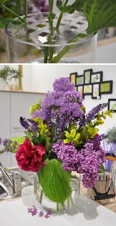 Ihr kennt das: Mehrere Blüten in einer großen Vase unterzubringen ist gar nicht so einfach. Entweder fallen sie in alle Richtungen oder man bindet sie zu einem Strauß und alles fällt gemeinsam in eine Richtung. Die Lösung ist ebenso simpel wie genial!