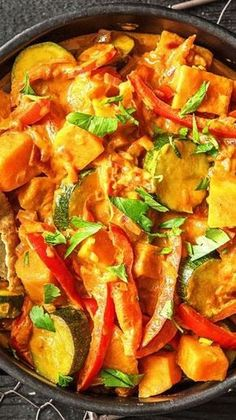 Tandoori-Tikka-Gemüse-Curry mit Kokosmilch und knusprigem Naan-Brot.