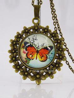 Colier rama vintage bronz cu flori si imagine fluturas Dimensiune pandantiv: 5X 4.2 cm Lungime lant: 67cm+ prelungire  Comanda minima 20 ron Culorile