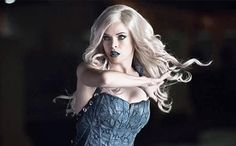 The Flash'sCaitlin Snow (Danielle Panabaker) seems destined to become comic book villainKiller Frost. While the season 1 finale gave a glimpse ofher icy transformation, the actress debuted a clear look during her appearance this weekon The Talk.